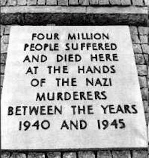 Die ehemalige Auschwitz-Tafel von 1969 mit der falschen Angabe und die neue Tafel mit reduzierten Angaben