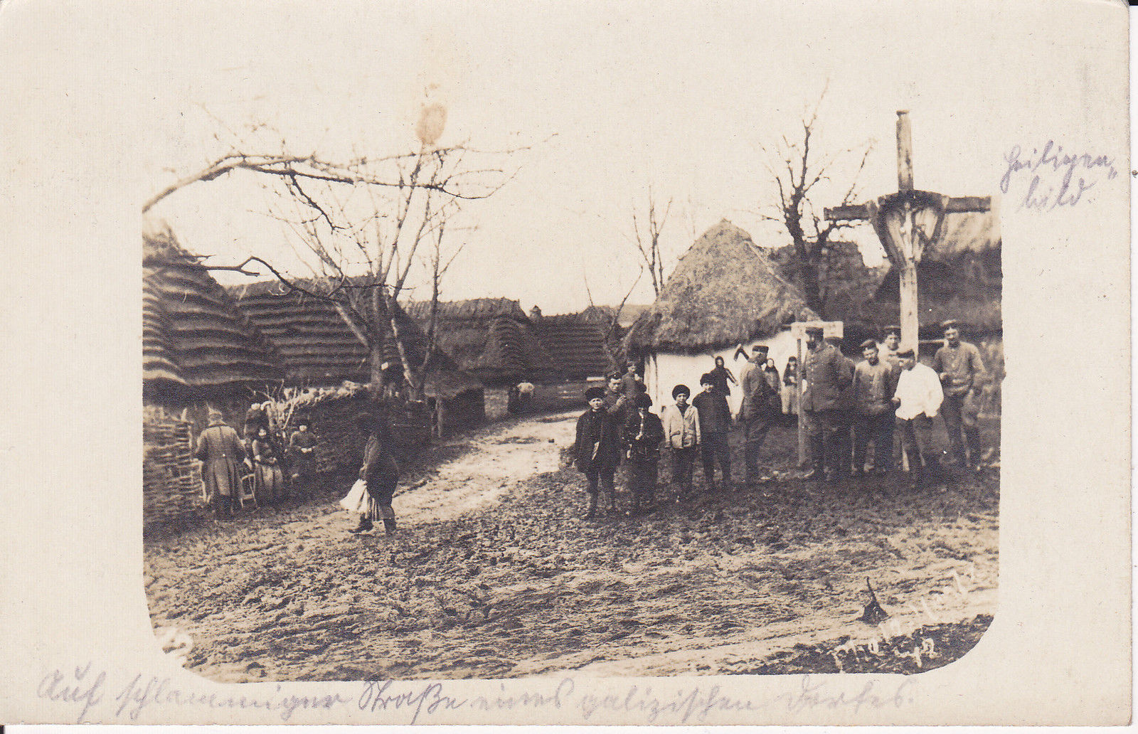 Foto-Galizien-Dorfstrase-Kreuz-Einwohner-u-Soldaten-ca-1915-