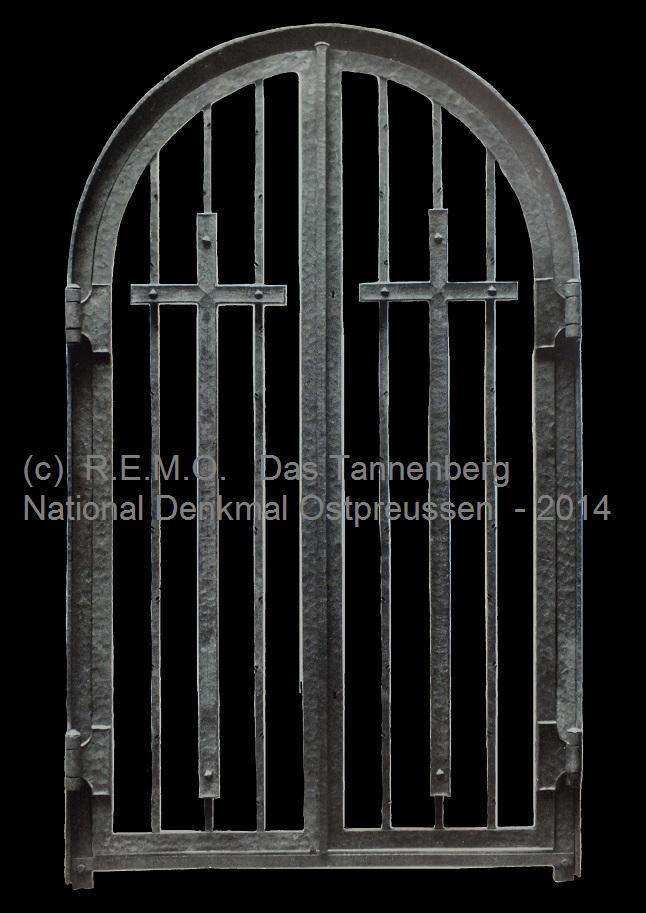 Das originale eiserne - immer geschlossene - Tor, mit Einblick in die Hindenburggruft.