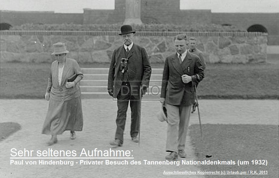 Paul von Hindenburg waehrend eines seltenen Privatbesuches des Tannenberg-Denkmals (um 1932)