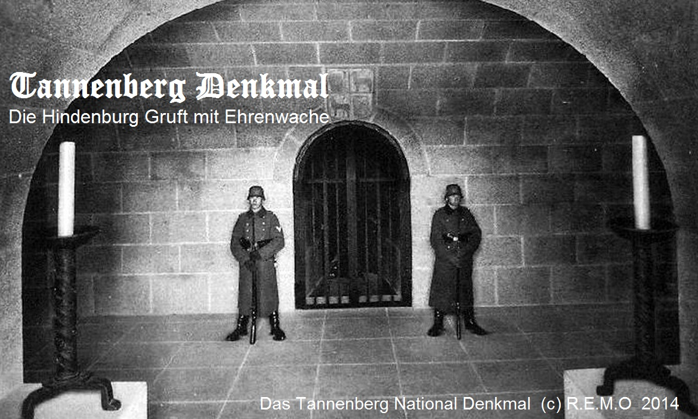 Blick in den Gruftvorraum, mit der staendigen Ehrenwache vor der eigentlichen Hindenburg Gruft