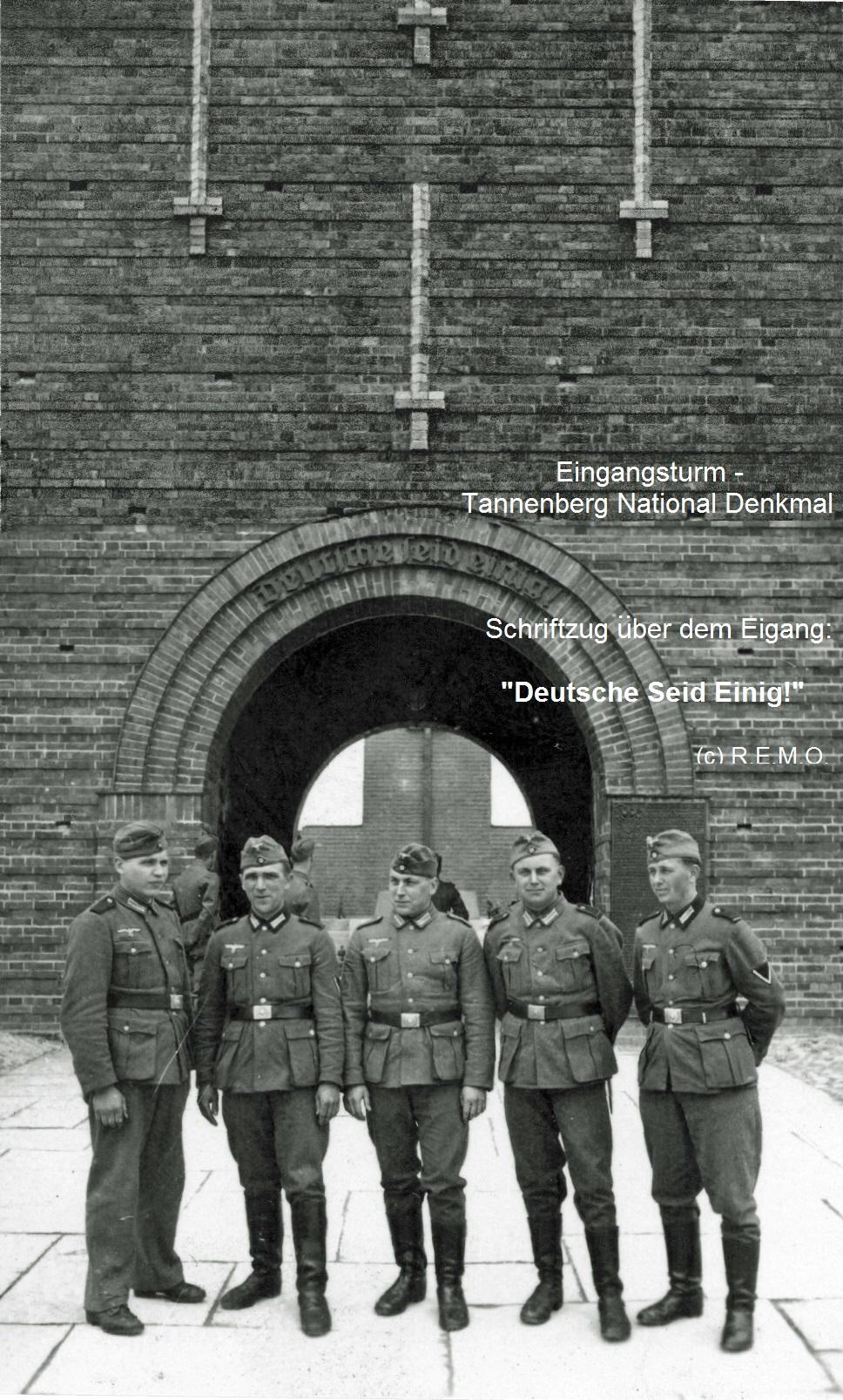 Deutsche Soldaten am Eingangstum zum Tanneberg Denkmal
